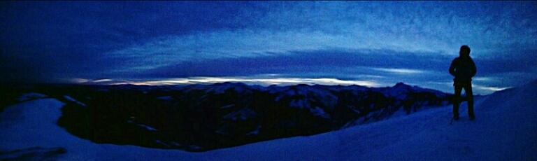 Angekommen auf dem Gipfel wird es langsam hell...