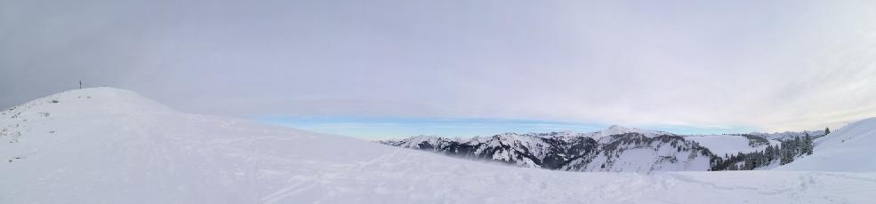 Kurz vor dem Gipfel wird es wiedereinmal sehr windig aber dafür haben wir ein herrliches Panorama