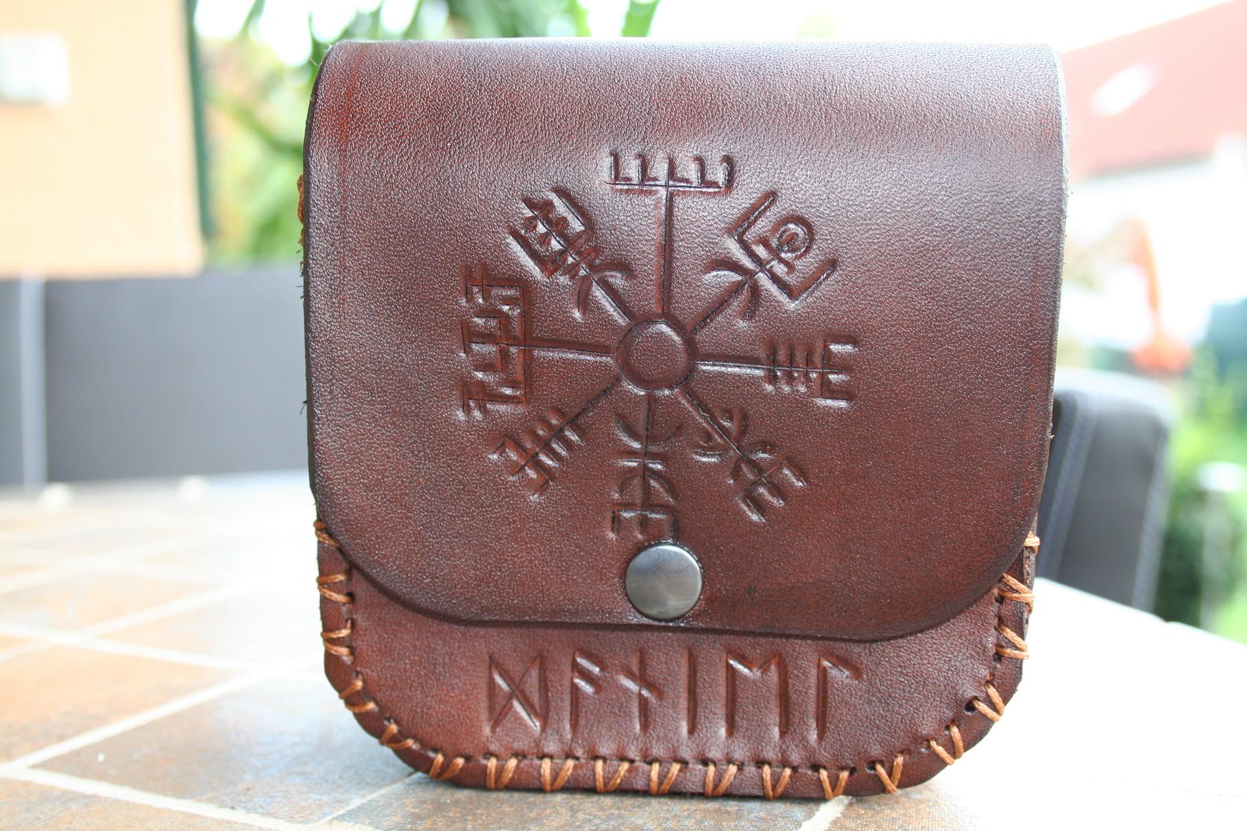 Gürteltasche mit Runen-Zeichen u. Schrift