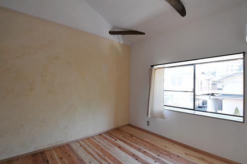 壁の一面は、WSで塗った漆喰壁。