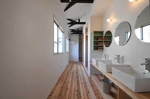 2階の廊下。右手前に見える洗面所には、洗面器が3台。