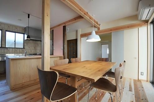ダイニングテーブル越しに、キッチンと和室。