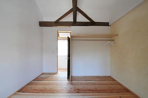部屋から個室入口側を見る
