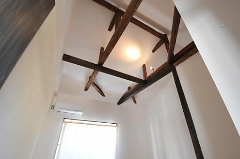 203号室。吹き抜けの天井に、梁あらわし。