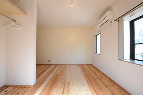 202号室は、南側と東側に窓があり、とても明るい。