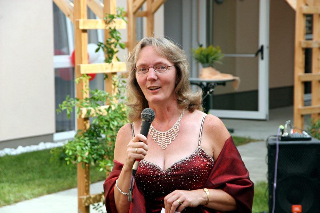 Als Moderatorin der Modenschau zum Sommerfest 2008