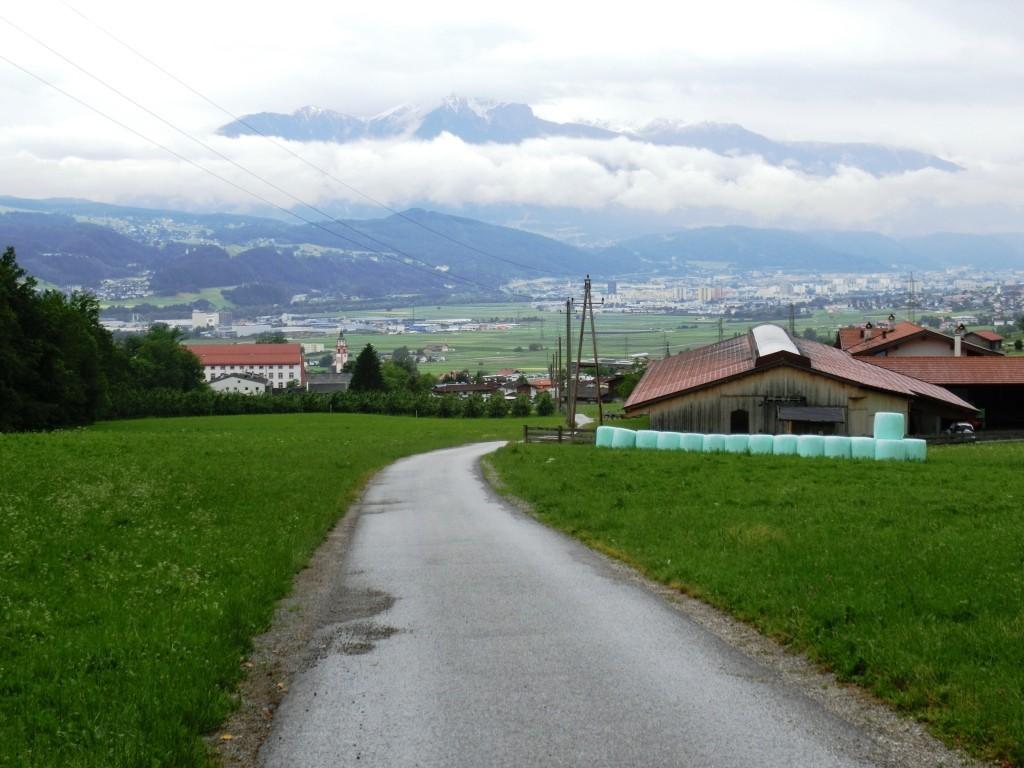 Absam und im Hintergrund Hall in Tirol.