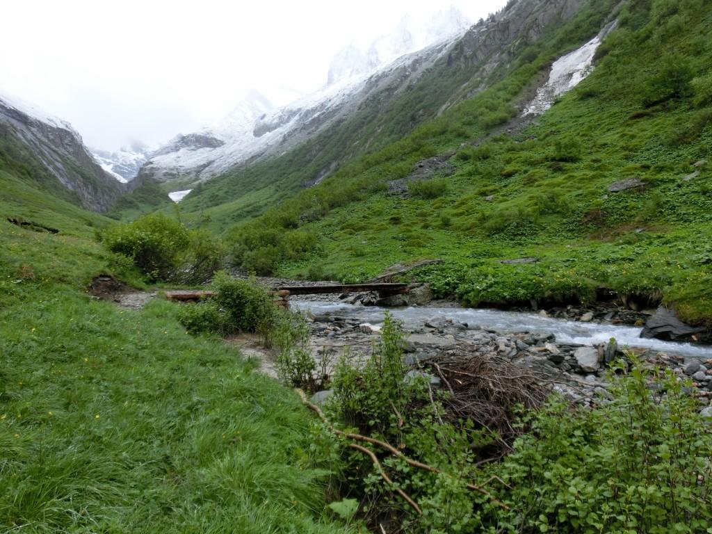 Ein weites und langgezogenes Tal ohne Namen.