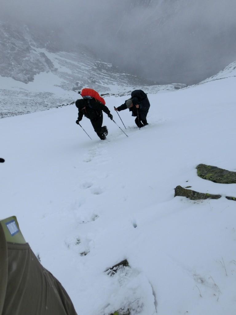 Helmar und Roland folgen meinen getretenen Treppenstufen über das steile Schneefeld, vor dem ich umgekehrt bin.