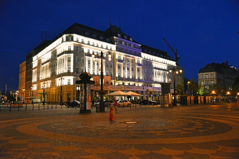 Hotel 'Carlton' by night