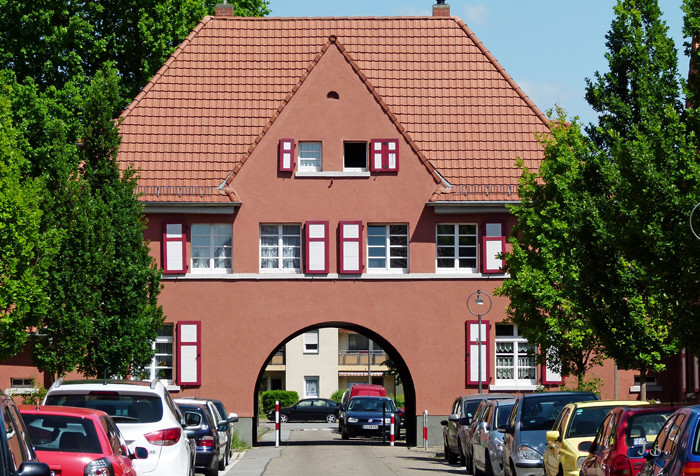 Denkmalgeschützter roter Hof