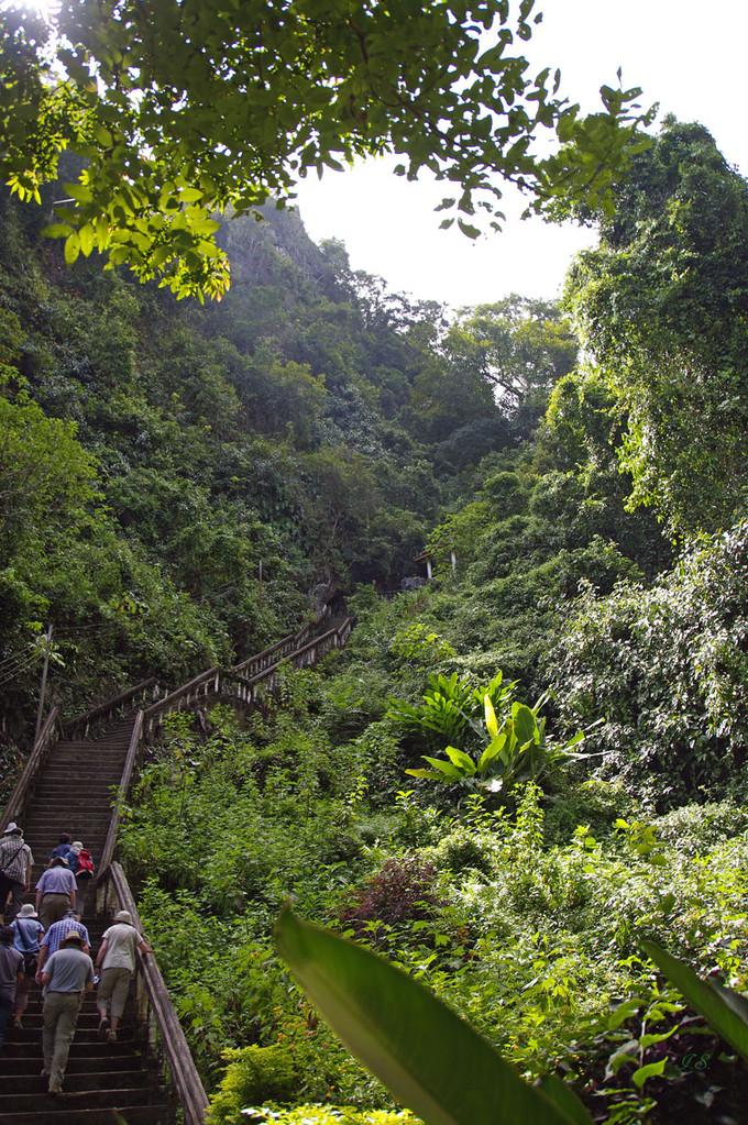 Aufstieg zur Tham Chang Höhle