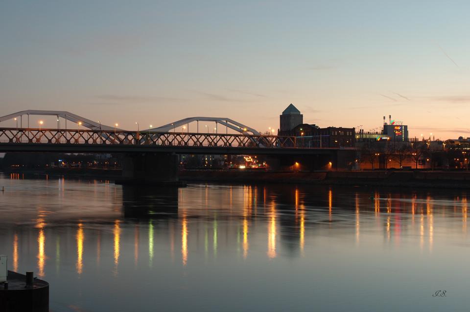 ^Sonnenuntergang am Fluss