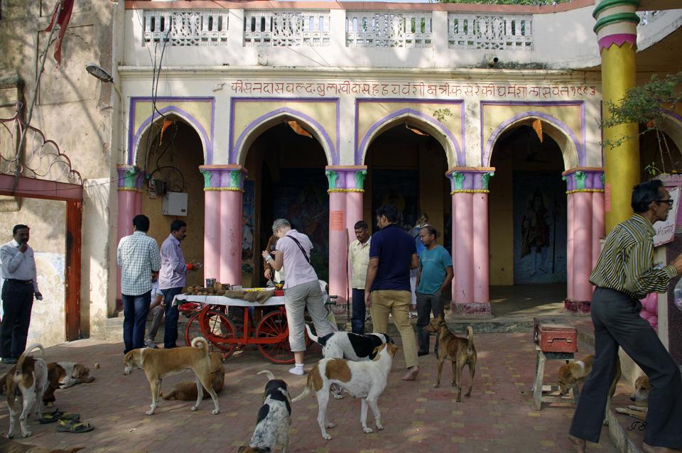 "Im Innern des Tempels ""Rajghat"""