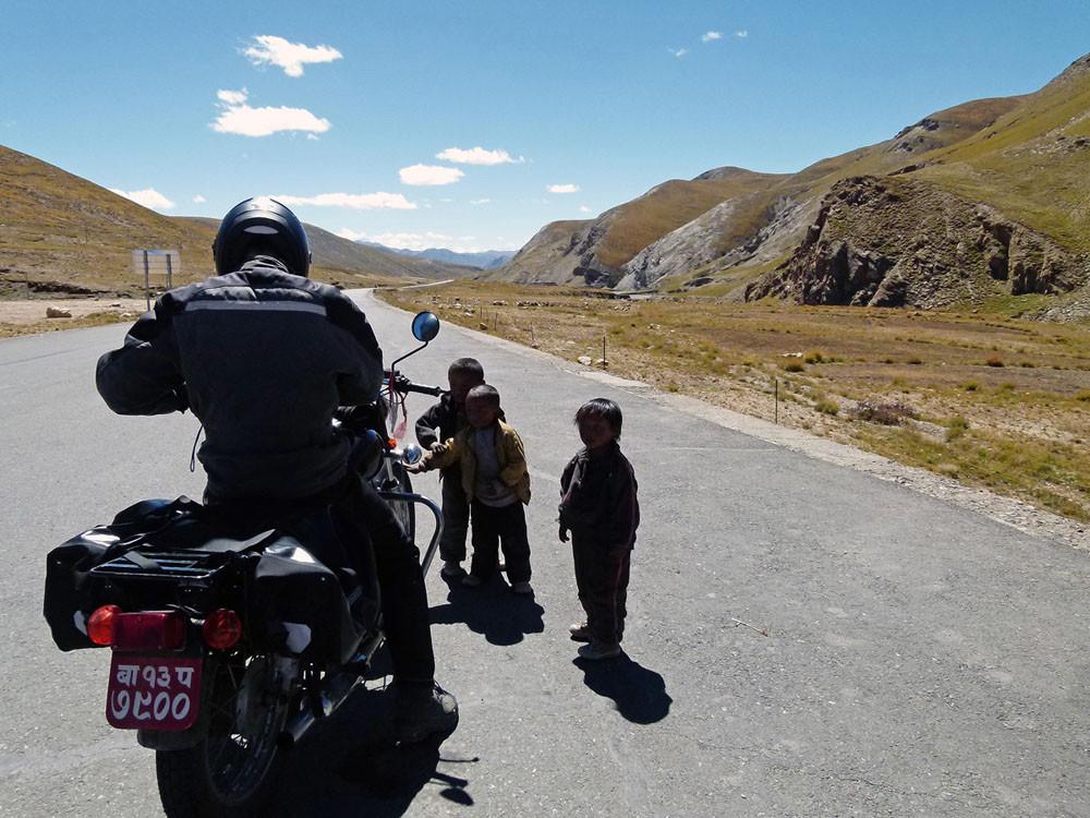 Motorradfahrer auf Passhöhe,Lalung Le Pass (5050 m)