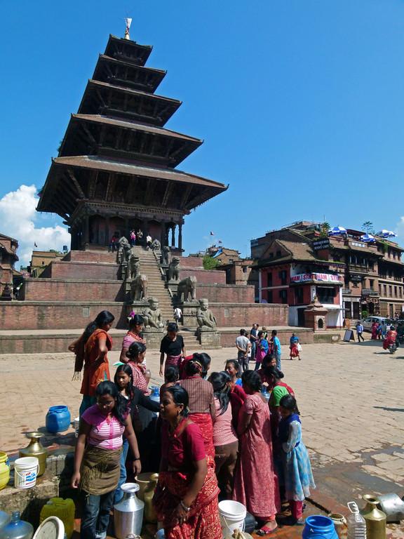 Bhaktapur, Frauen an Wasserstelle
