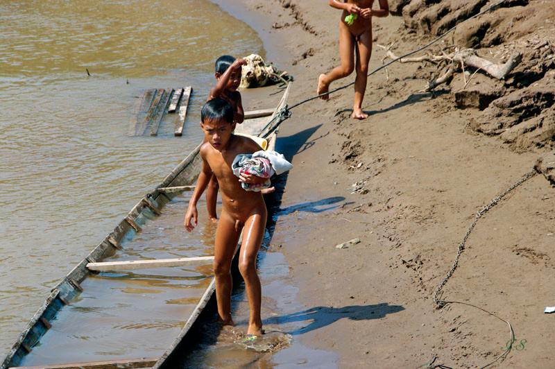 Kinder am Fluß