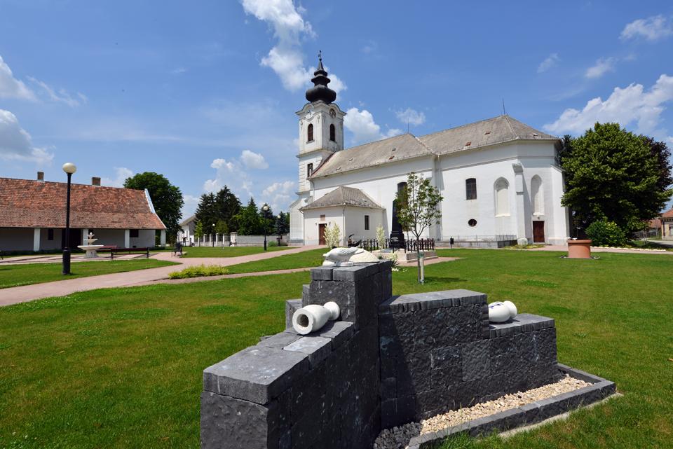 Dunapatej, Kirche