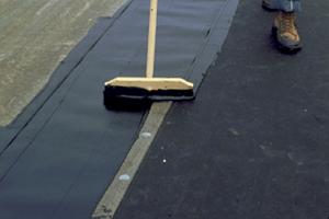 Bitumendächer reparieren, löcher verkleben, Gewebe einfügen, doppelt beschichten, Kiesdach, undicht, Wasser rinnt durcs Dach,