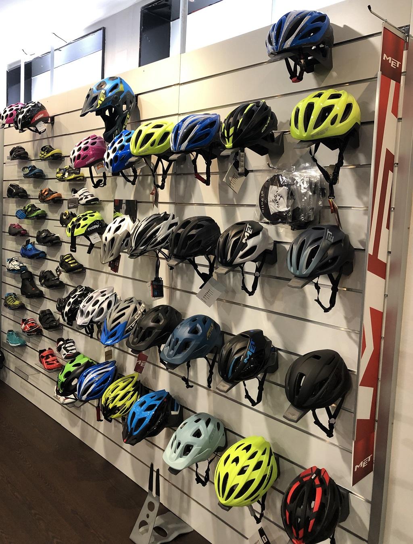 Amplia gama de cascos y zapatillas