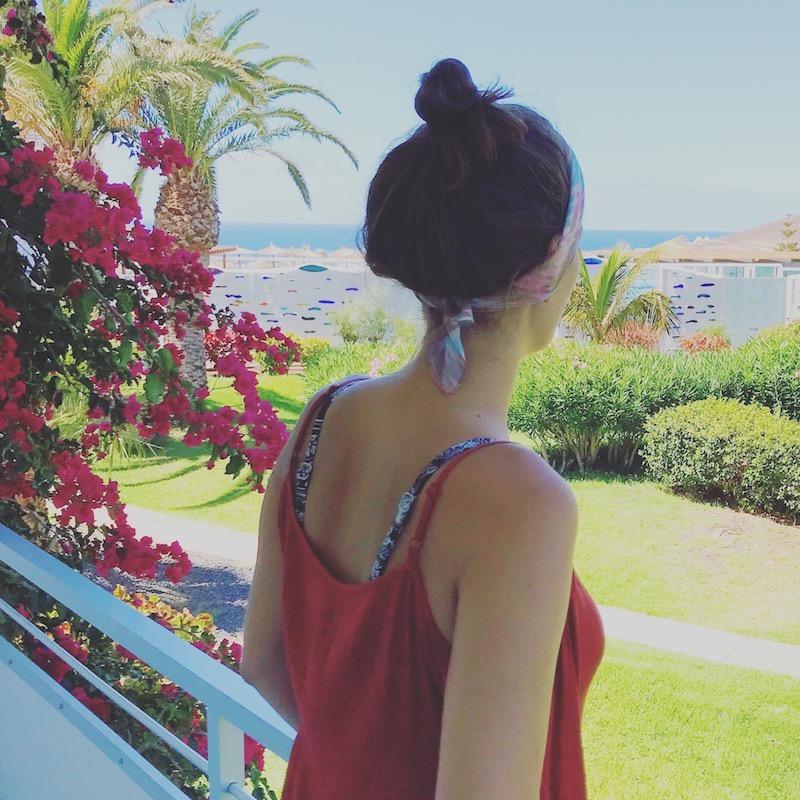 frau auf Balkon mit Haarband