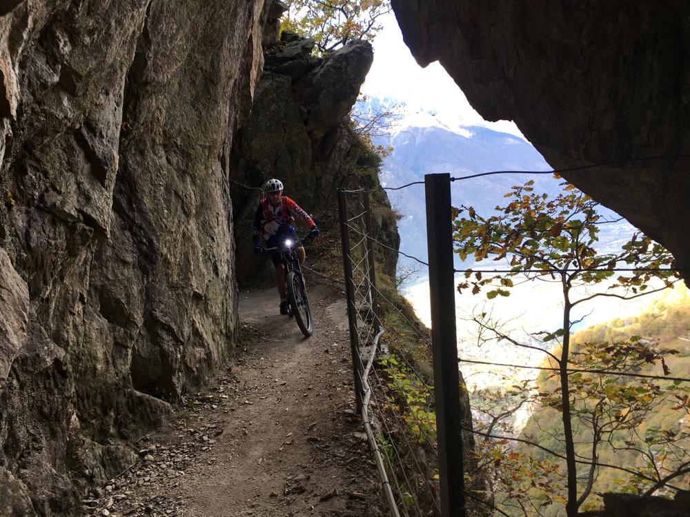 Parte del sentiero è scavato nella roccia