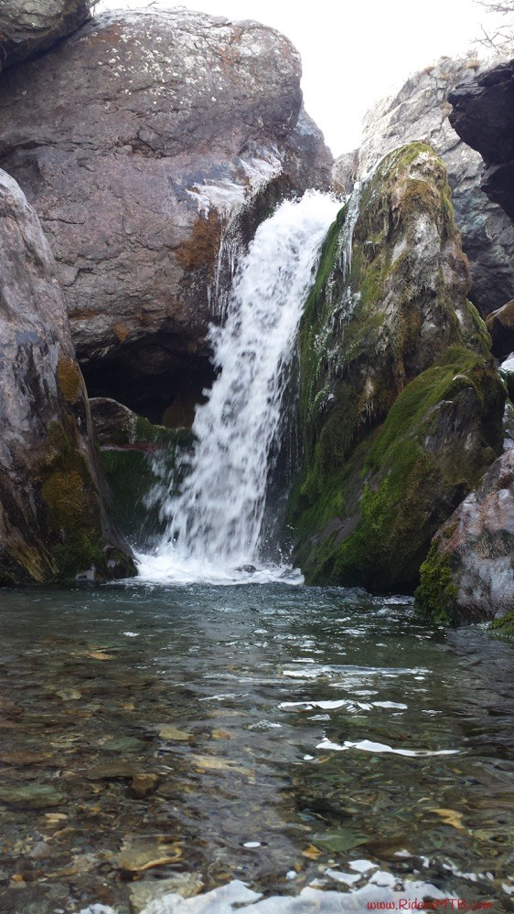 Una serie di cascate presenziano lungo il percorso