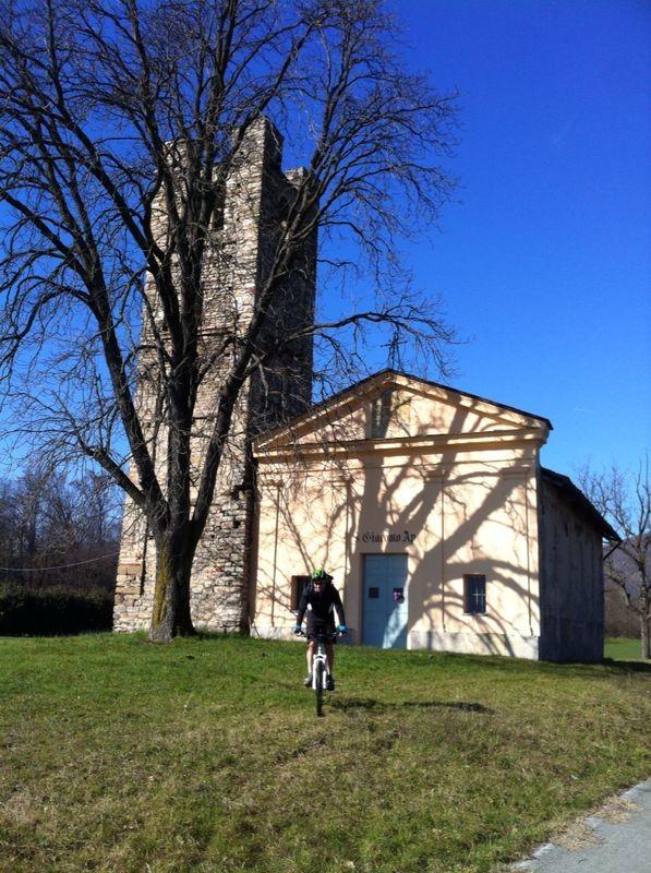 Sulla ciclabile per Pinerolo troviamo l'agreste chiesa di San Giacomo