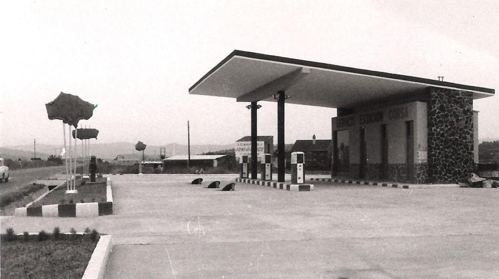 Inauguració Agost 1963. L'estació disposa de 3 sortidors.