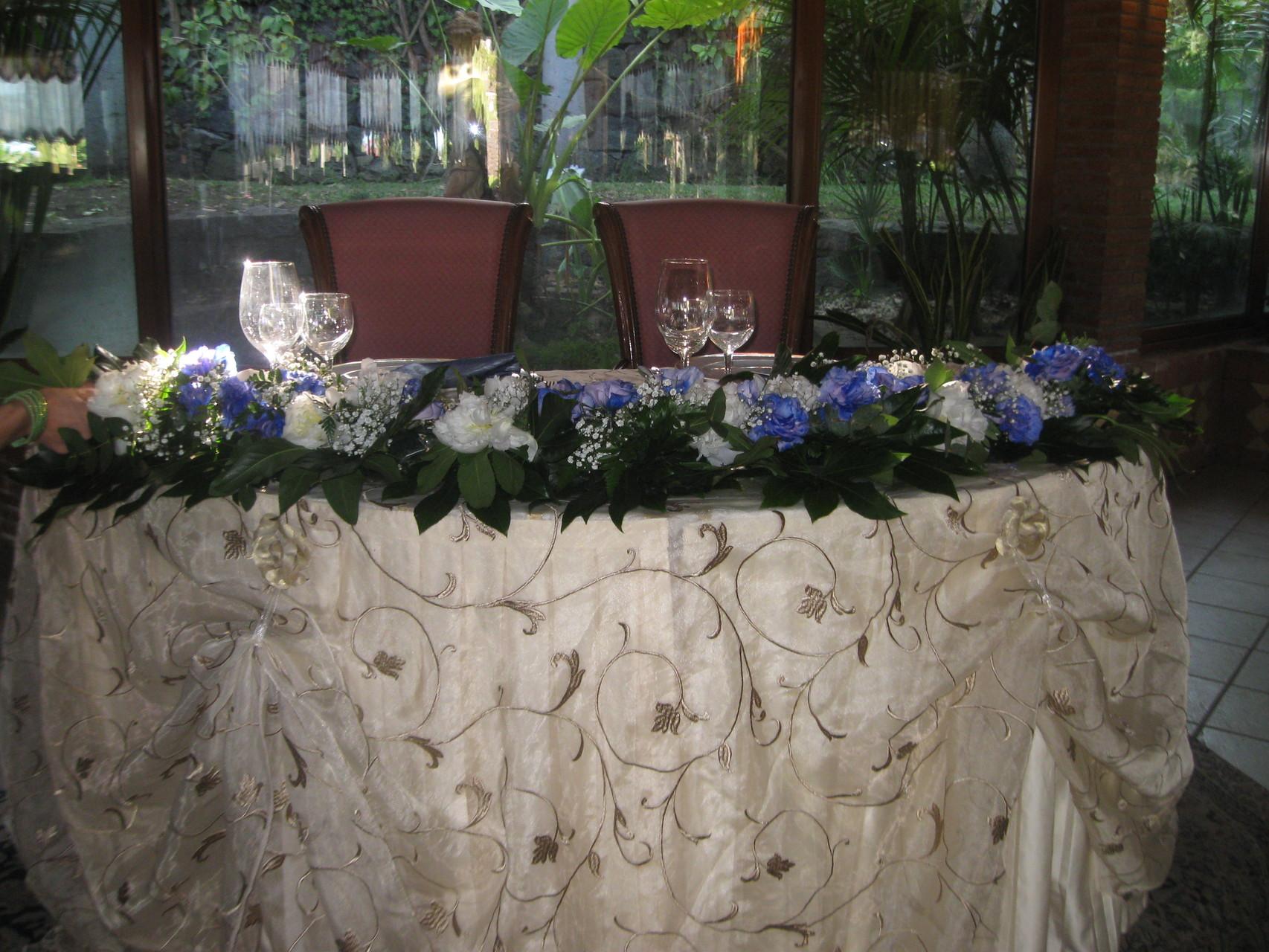 Allestimenti- floreali-tavolo-sposi-indaco