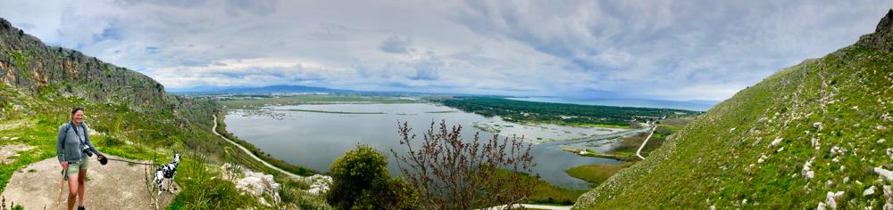 Kalogria vom Berg dahinter mit Lagune und Wald