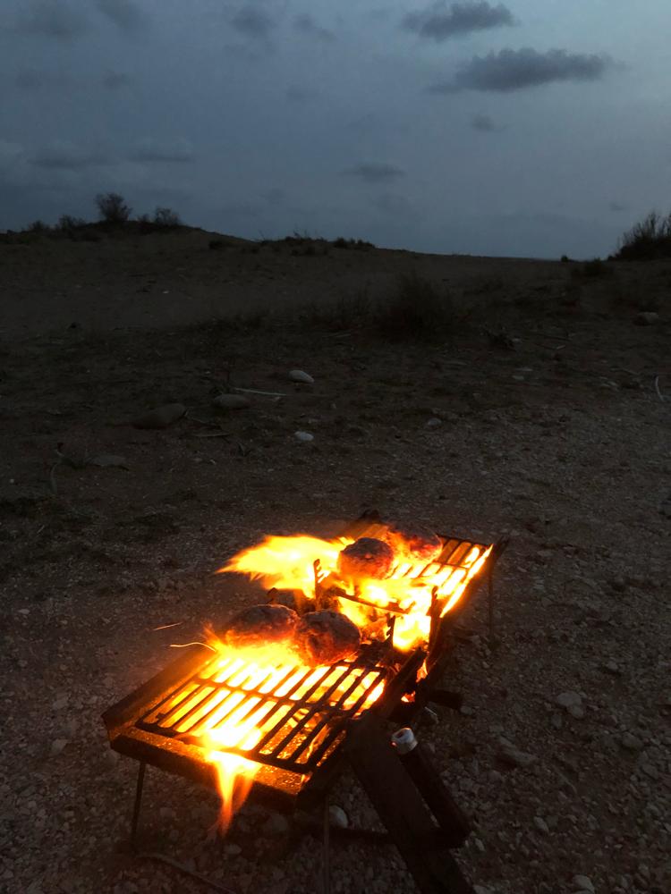 Bifteki grillen am Strand