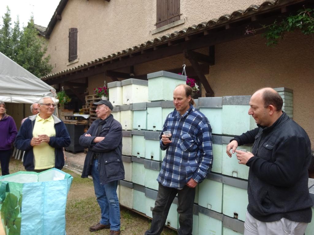 Fernand était secondé par Célestin (agriculteur en bio) et Jérôme, tous deux aussi apiculteurs.  Pour réaliser un greffage, il faut de bon yeux.