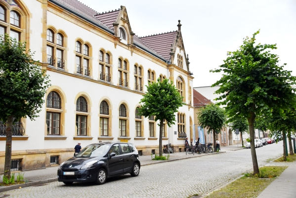 Schloßstraße vor den Ausstellungsräumlichkeiten