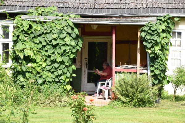 In der Veranda des Pfarrhauses - ins Gespräch vertieft