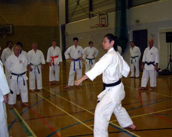 2007年イギリスでの武道空手セミナーにて。指導のお手伝いです。