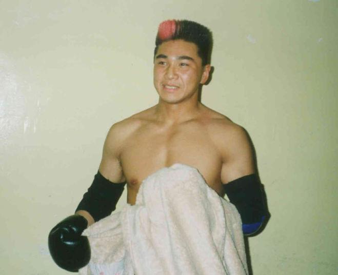 シュートボクシングのプロデビュー戦直前の写真です。緊張する私を先輩が笑わせてくれました。