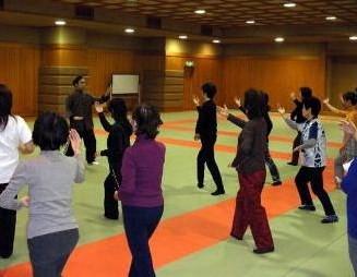 患者さん対象の健康体操教室。太極拳の動作を紹介。