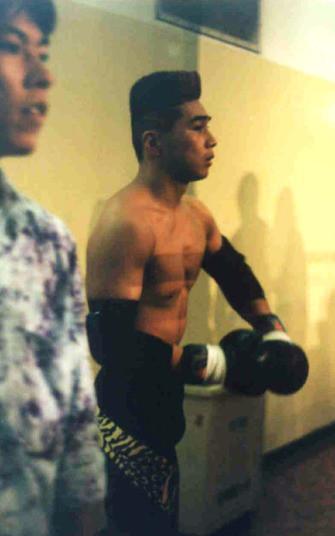 同じくシュートボクシングのプロデビュー戦前。前の人の試合をぼんやり眺めています。