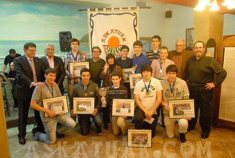 Los campeones de Gipuzkoa posan para la posteridad con los miembros de la Junta Directiva de Askatuak. (Foto Iñigo SETIEN)