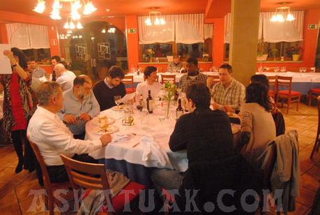 El entrenador David Blanca compartió mesa con jugadores y técnicos del equipo.