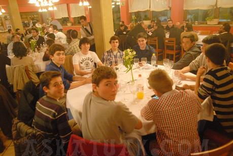 La magnífica temporada de los cadetes merecía una cena que disfrutaron como los mayores. (Foto Iñigo SETIEN)