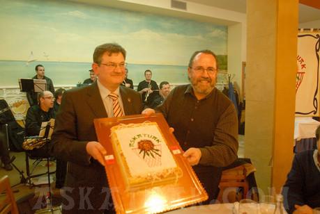 """El presidente Iñaki Almandoz y el vicepresidente Andoni Huegun muestran a todos la """"tarta Askatuak"""" preparada expresamente para la ocasión. (Fotos Iñigo SETIEN)"""