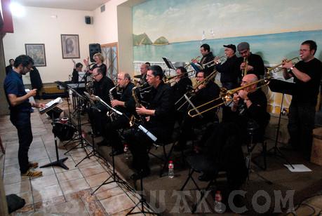La Big Band de la Escuela de Música interpretó con maestría el himno del Club. (Fotos Iñigo SETIEN)