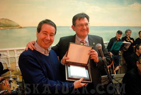 Javier González Sarmiento, autor del himno de Askatuak, recibe el homenaje de todos de manos del Presidente del Club. (Fotos Iñigo SETIEN)