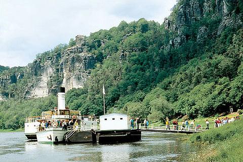 Dampfschiffe auf der Elbe