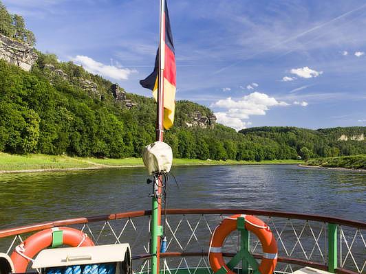 Ausflugsfahrt mit einem Dampfschiff auf der Elbe: Sächsische Schweiz