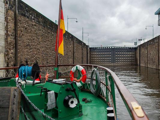 Aufregende Schleusenfahrt mit einem Dampfschiff auf der Elbe