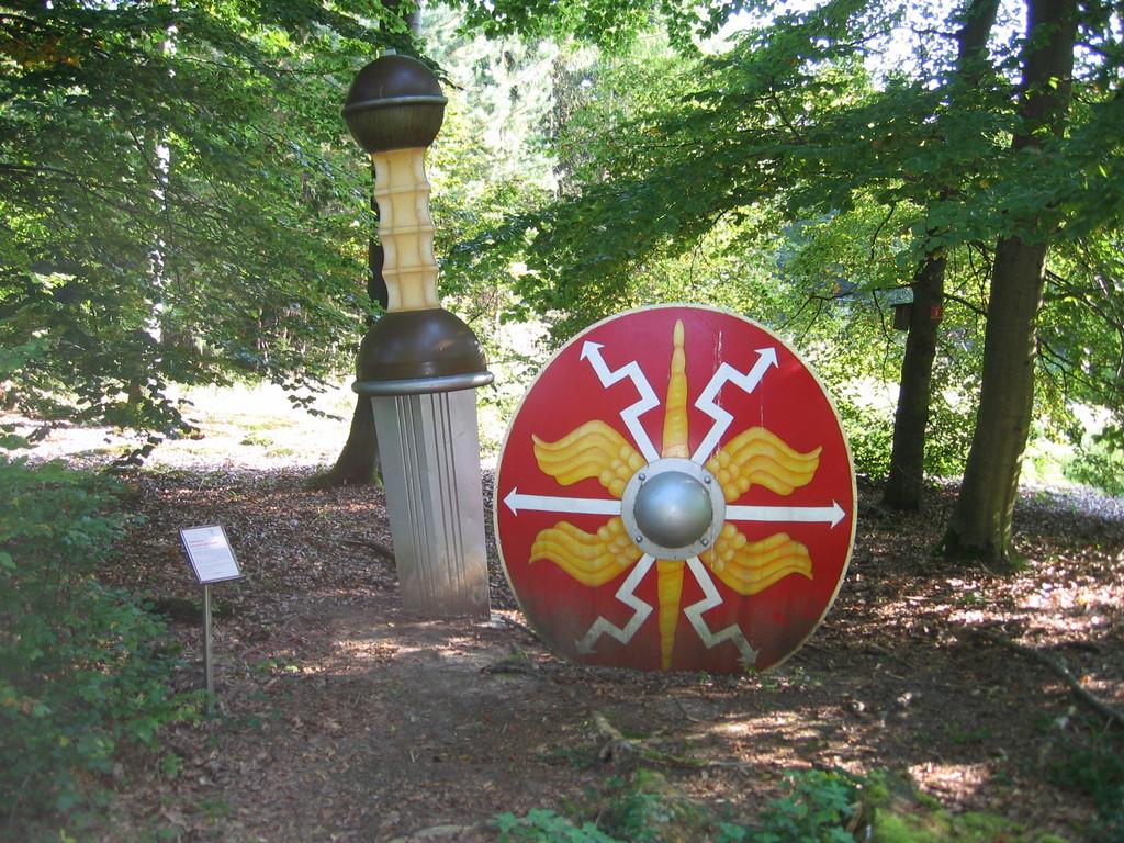 """Kunstobjekt """"Schild und Schwert"""","""