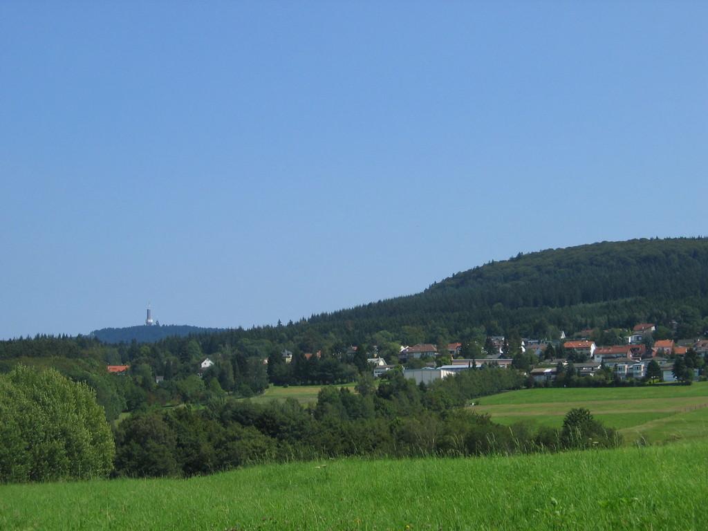 Aufstieg nach Glashütten mit Blick auf den Großen Feldberg